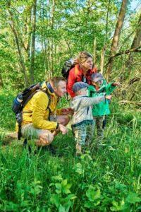 Familie im Naturpark beim Wandern