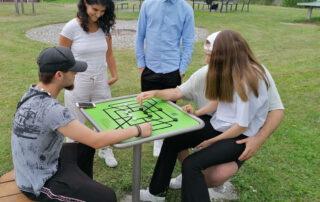 Jugendliche an Spieltisch